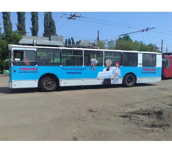 Реклама на троллейбусе для Toshiba